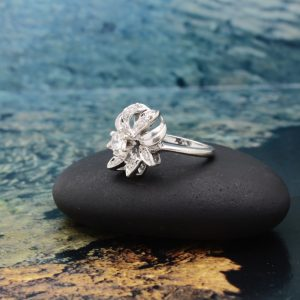 14k White gold ladies ring